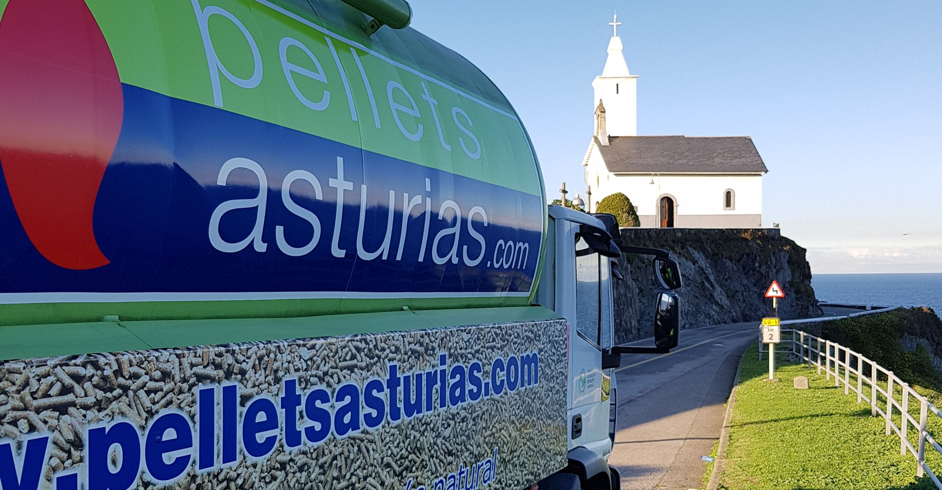 Camión de reparto de pellets frente al mar
