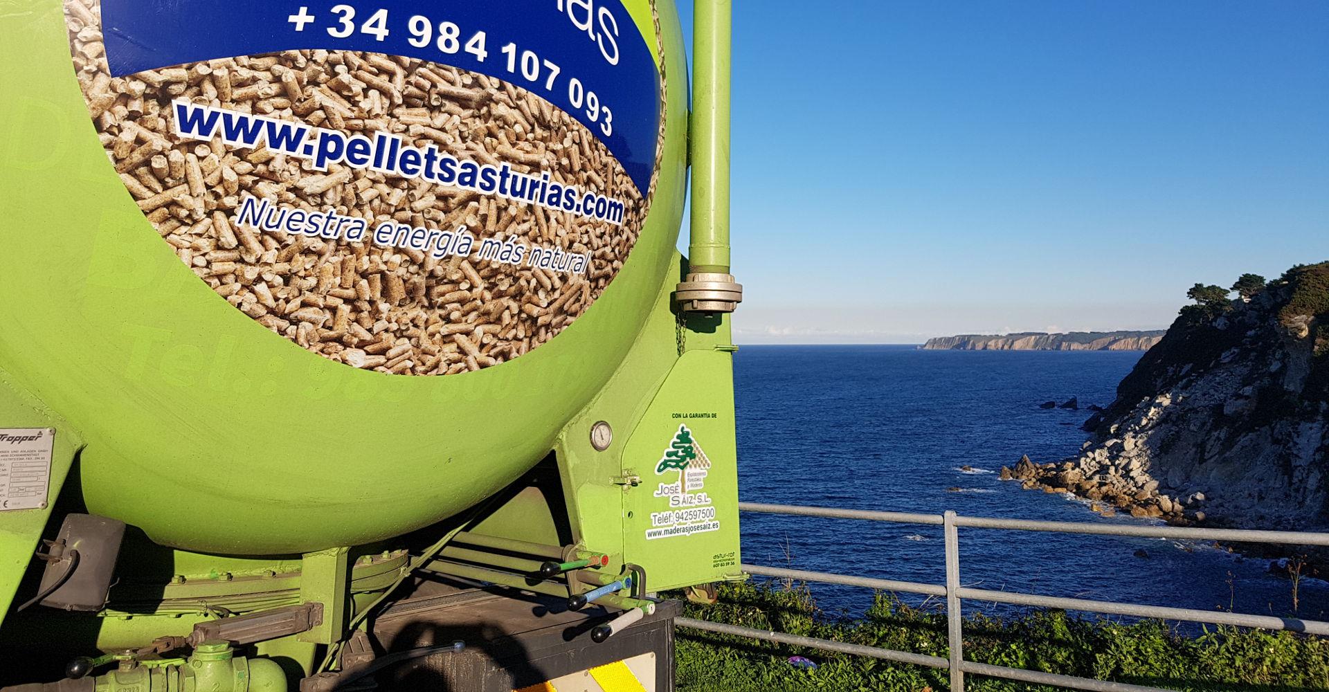 Camión de reparto de pellets junto a la costa asturiana