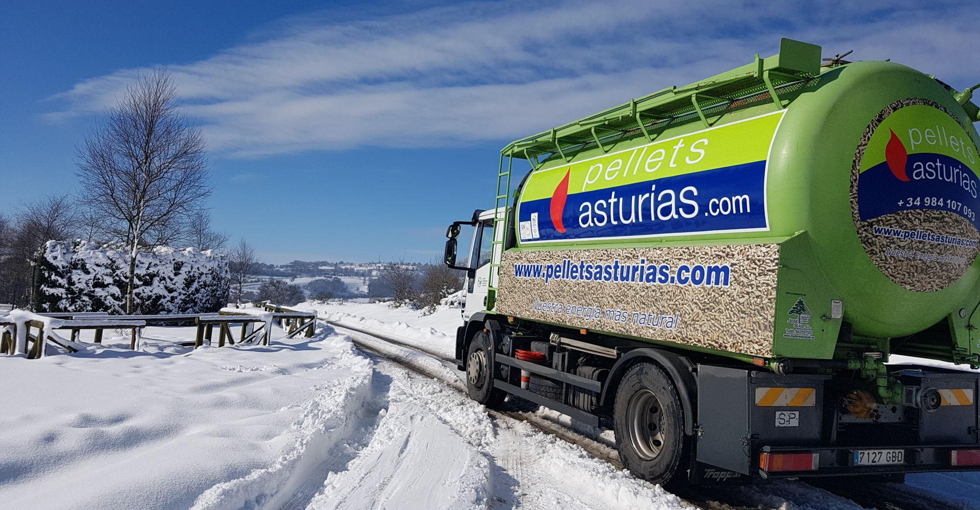Camión de reparto de pellets sobre nieve